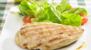 Grille de pollo con ensalada