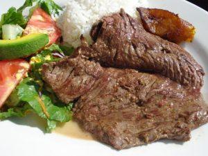 bife de carne magra con ensalada